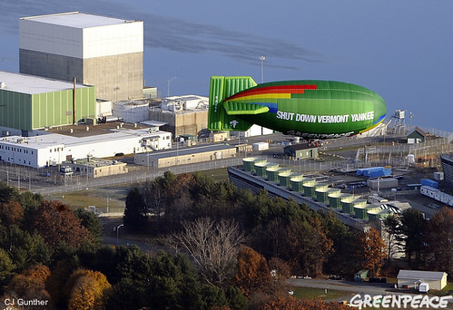 Greenpeace Airship over Vermont Yankee (photo: greenpeaceusa09, flickr)