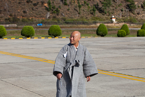 travel people travelling fashion iso100 bhutan robe coat monk clothes monks paro paroairport ¹⁄₃₂₀secatf80 ‒⅓ev ef100mmf28lmacroisusm 1320m