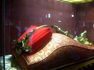 Milagro - Cruz Protegiendo La Virgen de Guadalupe