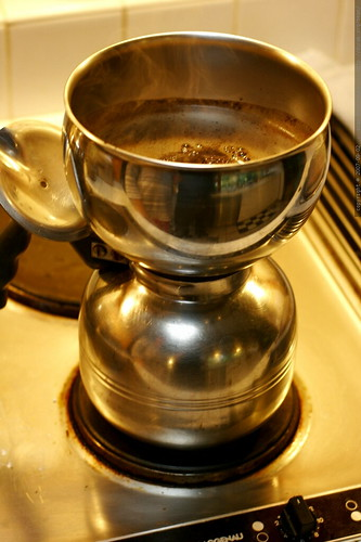 vacpot brewing freshly roasted coasta rican coffee    MG 3741