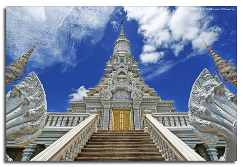 blue sky white clouds temple gold interestingness bravo cambodia sony explore alpha wat a100 themoulinrouge oudong supershot interestingness158 tamron1118mm danielcheong holidaysvacanzeurlaub goldenphotographer bratanesque danielkhc explore10sep07