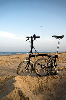 Bild av Spiaggia della Playa. sea sky italy beach bike italia mare bici sicily spiaggia catania sicilia brompton bicicletta foldable plaia pieghevole s2l