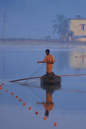 life test india lake fish man net water reflections boat fishing fisherman village indian traditional kerala dailylife trivandrum 200mm 70200f4l thiruvananthapuram canoneos400d vellayani gettyholidays2010 200mmtestshot