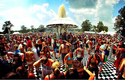 people mushroom fountain manchester tn tennessee bonnaroo roo 2007 bonnaroo2007 bonnaroofountain