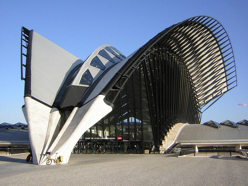 Gare TGV de l'aéroport de Lyon Saint Exupéry et sa forme de faucon.