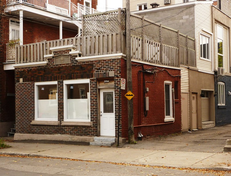 Montréal, 14 oct. 2010. Le 5766, 1ère avenue, près de rue Holt.