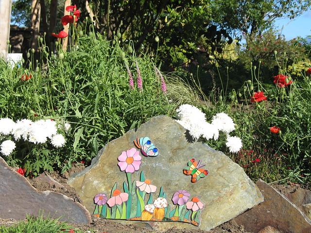 Piedra con mosaico para jardin flickr photo sharing - Piedras para jardineras ...