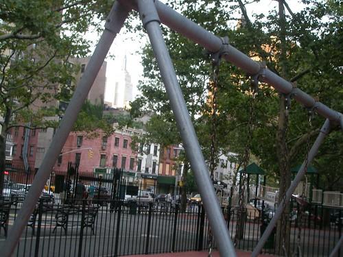 Empire State y columpios en Nueva York