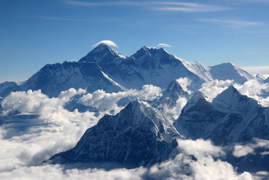 雲に浮かぶエベレスト