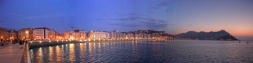 San Sebastian / Donostia. Panorámica de la playa de la Concha al anochecer.