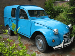 mid-size car(0.0), morris minor(0.0), city car(0.0), off-road vehicle(0.0), citroã«n dyane(0.0), antique car(0.0), automobile(1.0), vehicle(1.0), citroã«n acadiane(1.0), vintage car(1.0), land vehicle(1.0),