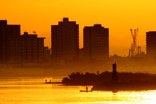 city sunset cidade praia silhouette brasil backlight canon contraluz landscape rebel gold mar bolivar paisagem porto urbana santacatarina itajaí trindade silhueta xti duetos douerado bolivartrindade©allrightsreserved