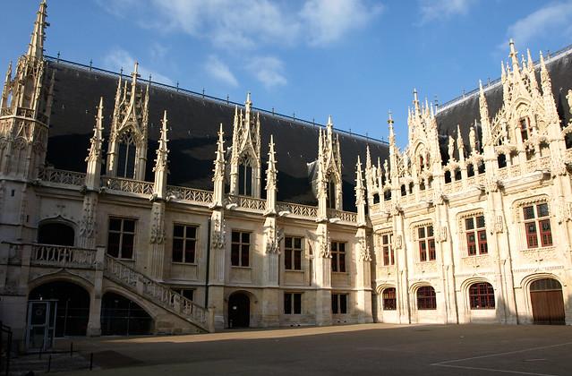 Le parlement de Normandie était installé à Rouen dans ce bâtiment de style gothique flamboyant, aujourd'hui palais de justice