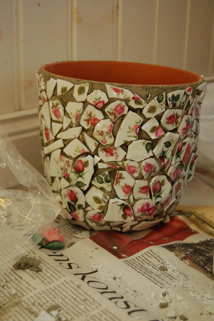 Making mosaics by iHanna / Jag gör mosaik av rosigt porslin
