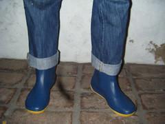 outdoor shoe(0.0), purple(0.0), limb(0.0), human body(0.0), sock(0.0), thigh(0.0), tights(0.0), jeans(1.0), footwear(1.0), shoe(1.0), cobalt blue(1.0), leg(1.0), blue(1.0), boot(1.0),