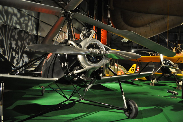 discuss the efforts langley made to produce a flying machine
