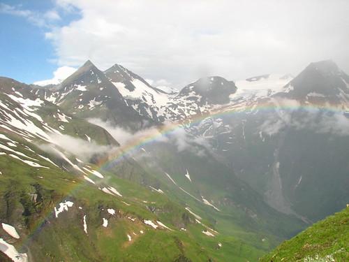 冰河景觀道路上的彩虹.