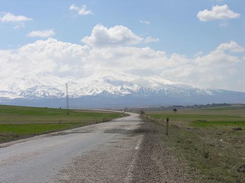Út a Kappadokya felföldön, háttérben a Toros-hegyvidékkel