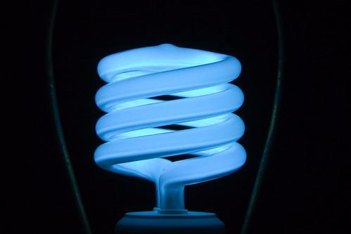 節能燈泡 (CFL) 因可以較少電力產生相同的光量,被認為比傳統燈泡更有效率。AZadam攝。