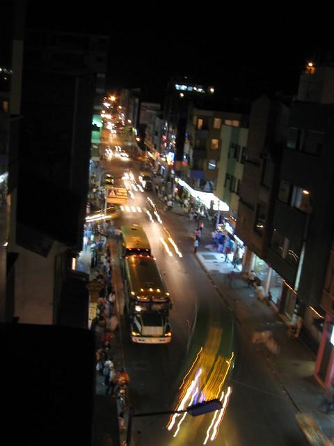 Imagen del Centro de Armenia de noche