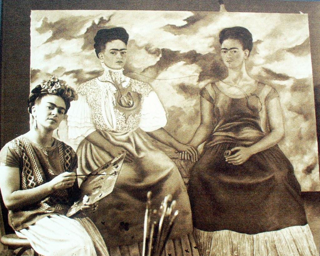 Frida pintando las dos Fridas.