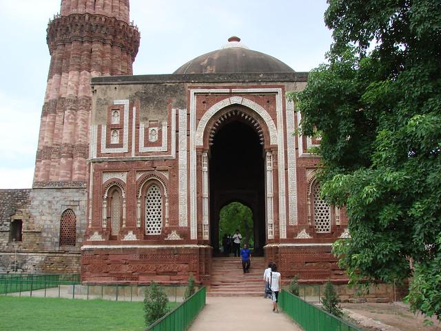 At Quwwat-ul-Islam Mos... Quwwat Ul Islam Mosque