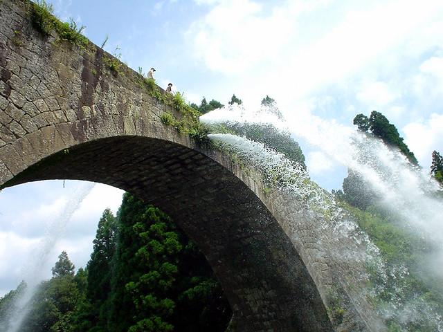 春夏におすすめ!大迫力の放水とのどかな風景を楽しむ「通潤橋」