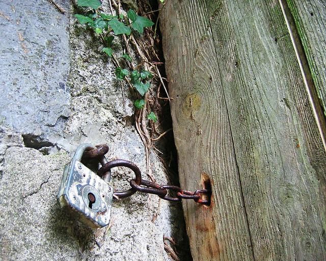 Jardin secret une vieille porte en bois une chaine et un flickr phot - Vieille porte en bois ...
