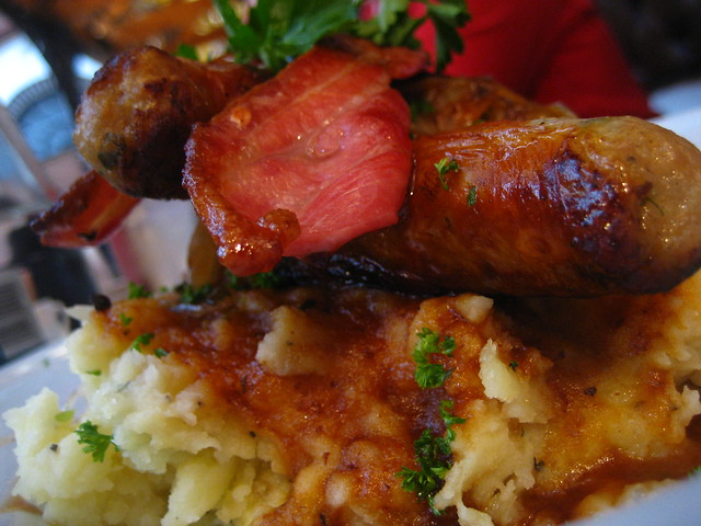 Bangers'n'bacon and mash