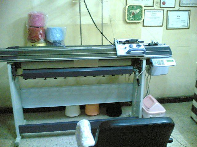 how does a knitting machine work