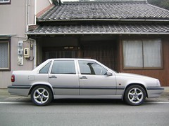 automobile(1.0), automotive exterior(1.0), volvo 700 series(1.0), vehicle(1.0), volvo s70(1.0), volvo 850(1.0), compact car(1.0), sedan(1.0), land vehicle(1.0), luxury vehicle(1.0),