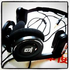 communication device(0.0), wheel(0.0), electronic device(1.0), headset(1.0), font(1.0), gadget(1.0), headphones(1.0),