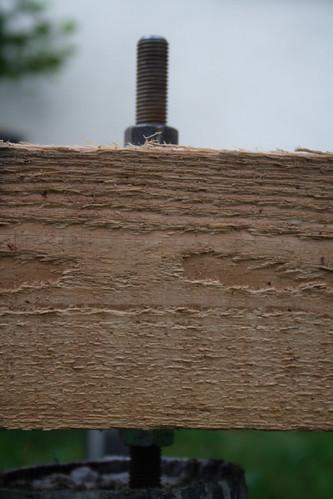 Aufgeschraubter Balken auf dem Fundament