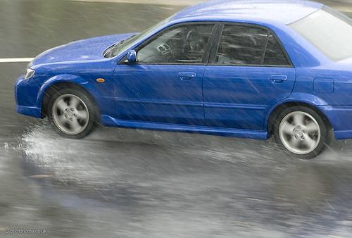 coche bajo la lluvia