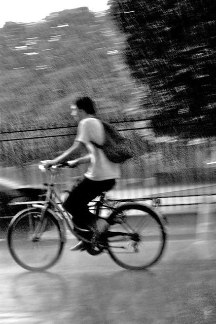 Paris en vélo sous la pluie