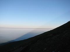 巨大な山影