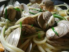 invertebrate(0.0), produce(0.0), clam(1.0), spaghetti alle vongole(1.0), spaghetti(1.0), seafood(1.0), clam sauce(1.0), food(1.0), dish(1.0), cuisine(1.0),
