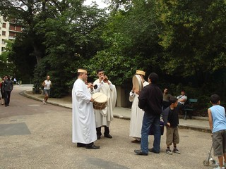 wedding minstrels in buttes chaumont