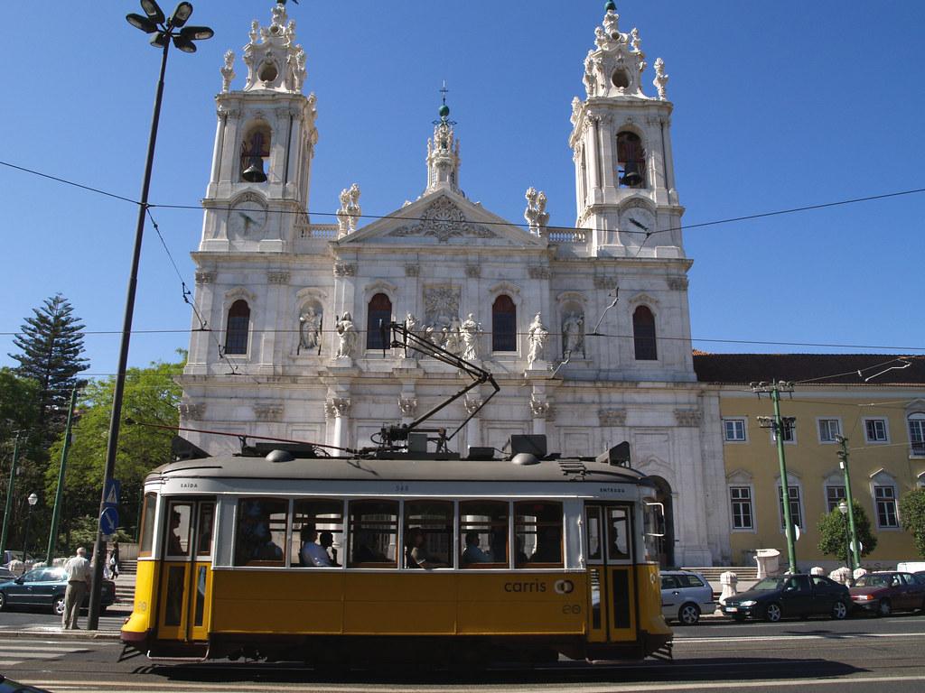 Tramway 28 devant la basilique d'Estrela à Lisbonne. Photo de jaime.silva