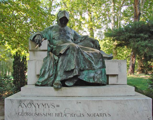 Statue d'Anonymus à Budapest par Jean-Pierre Dalbéra
