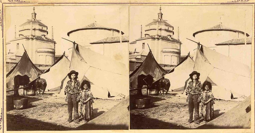 Niños de un circo ambulante frente al Hospital Tavera de Toledo. Fotografía estereoscópica de principios del siglo XX. Colección Luis Alba. Ayuntamiento de Toledo