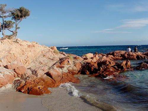 Plage et rocher en Corse