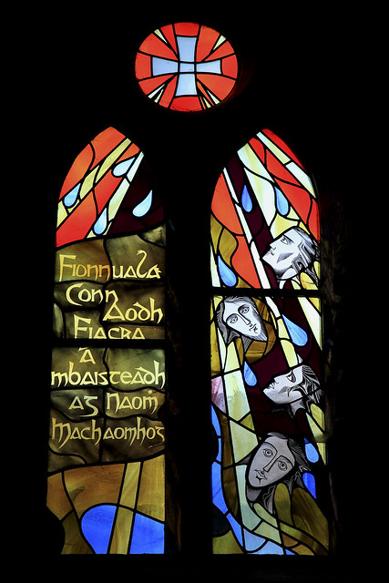 Fionnuala, Conn, Aodh og Fiachra døpes av St. Mochoemoc, glassmaleri i fransiskanerklosteret i Mulyifarnham