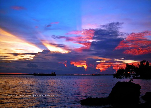 sunset sea cloud beach indonesia afternoon borneo strait tanker rayoflight kalimantan balikpapan naturesfinest colorfulsky eastkalimantan justclouds abigfave eastborneo melawai makassarstrait