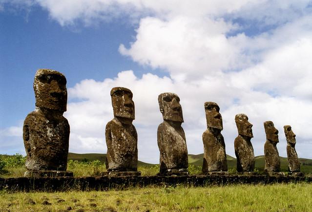 Esto es un moai, y luego otros tantos