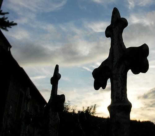 sunset two sky silhouette metal germany thüringen gate village horizon thuringia churchyard tür fencepost hildburghausen churchoutside resembling ähnlich bürden madeofmetal zweigegenstände zweidinge metallgegenstand ausmetallgemacht