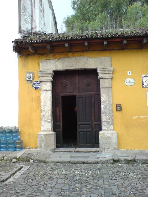 Puerta de una casa colonial antigua guatemala flickr for Puerta casa antigua