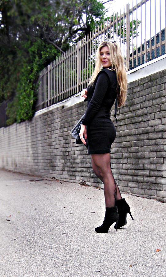 Blondes Haar + kleines schwarzes Kleid + scharf