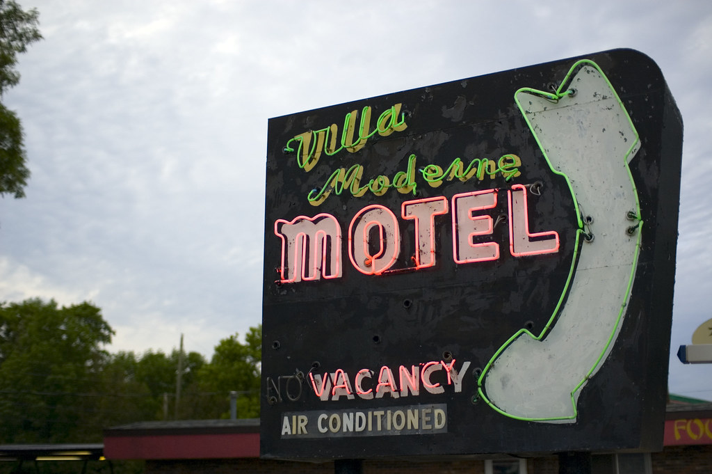 Tom clark post moderne for Villa moderne motel