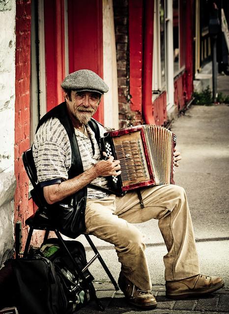 Street Musician por Adam Penney